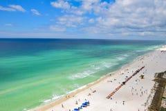 Vista aérea de uma praia clara bonita da água em Sunny Day fotos de stock royalty free