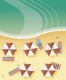 Vista aérea de uma praia com banhistas, com cadeiras de plataforma e guarda-chuvas pelo mar, oceano Fotos de Stock