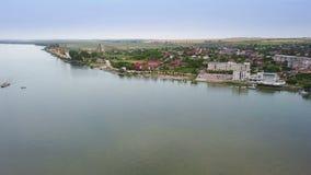 Vista aérea de uma vila e de um Danúbio pequenos antes de fluir no mar filme