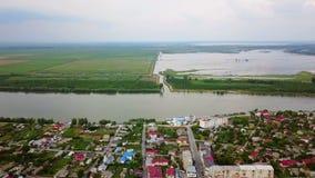 Vista aérea de uma vila e de um Danúbio pequenos antes de fluir no mar video estoque
