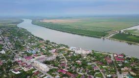 Vista aérea de uma vila e de um Danúbio pequenos antes de fluir no mar vídeos de arquivo