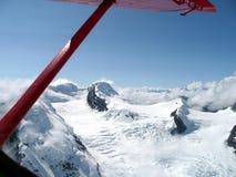 Vista aérea de un afloramiento rocoso que muestra a través de un glaciar Fotografía de archivo libre de regalías
