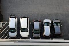 Vista aérea de un aparcamiento lleno de diversos coches foto de archivo libre de regalías