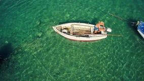 Vista aérea de un barco de pesca en Mali Ston Bay almacen de metraje de vídeo