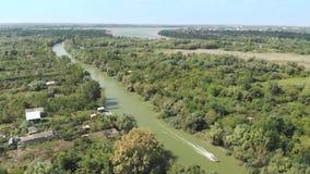 Vista aérea de un barco de motor en el delta de Danubio metrajes