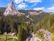 Vista aérea de un camino curvy Foto de archivo libre de regalías