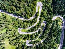 Vista aérea de un camino forestal de la bobina Fotografía de archivo