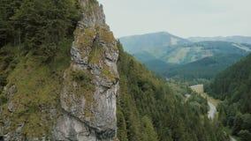 Vista aérea de un camino de la montaña en una garganta profunda hermosa Los coches se mueven en un camino de la montaña almacen de video