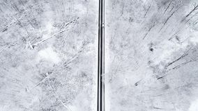 Vista aérea de un camino a través de un bosque hivernal