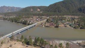 Vista aérea de un camino y de un puente almacen de video