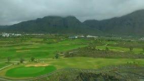 Vista aérea de un campo de golf metrajes