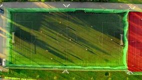 Vista aérea de un campo de deportes con los futbolistas que juegan, Polonia metrajes