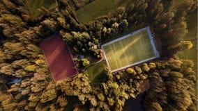 Vista aérea de un campo de fútbol en otoño fotos de archivo libres de regalías