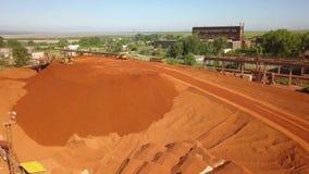 Vista aérea de un depósito de la bauxita almacen de metraje de vídeo