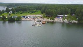 Vista aérea de un embarcadero costero en el lago Vista aérea hermosa del desde arriba Opinión imponente del paisaje de la playa c metrajes