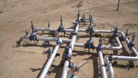 Vista aérea de un equipo del petróleo y gas, de las válvulas y de las tuberías 60fps almacen de metraje de vídeo