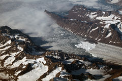 Vista aérea de un frente y de las montañas del glaciar en Groenlandia Imagen de archivo libre de regalías