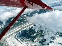 Vista aérea de un glaciar que fluye en el monte McKinley, Alaska Fotos de archivo libres de regalías