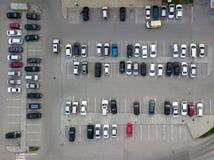 Vista aérea de un gran número de coches de diversas marcas y de colores que se colocan en un estacionamiento imágenes de archivo libres de regalías