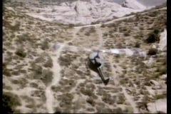 Vista aérea de un helicóptero que vuela sobre desierto almacen de video