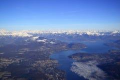 Vista aérea de un lago de la montaña Fotos de archivo