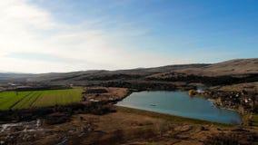 Vista aérea de un lago hermoso en Bulgaria almacen de metraje de vídeo