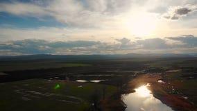 Vista aérea de un lago hermoso en Bulgaria metrajes