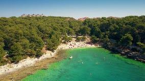 Vista aérea de un pequeño complejo playero croata en pulas en el mar adriático Tiempo de vacaciones de verano Imagen de archivo