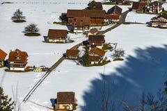 Vista aérea de un pequeño pueblo en las montañas Imagenes de archivo