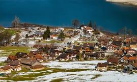 Vista aérea de un pequeño pueblo en las montañas Fotos de archivo libres de regalías