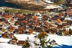 Vista aérea de un pequeño pueblo en las montañas Fotografía de archivo