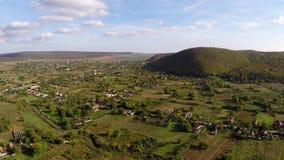 Vista aérea de un pequeño pueblo en los Balcanes salvajes almacen de video