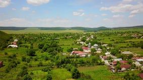 Vista aérea de un pequeño pueblo en los Balcanes salvajes almacen de metraje de vídeo