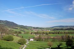 Vista aérea de un pueblo suizo del país. Imágenes de archivo libres de regalías
