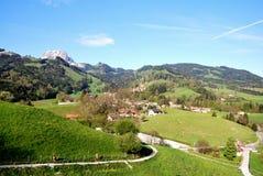 Vista aérea de un pueblo suizo del país. Imagen de archivo
