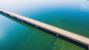 Vista aérea de un puente largo de la carretera sobre un río imagen de archivo libre de regalías