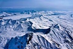 Vista aérea de un río del hielo que fluye al mar. Imagenes de archivo