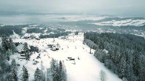 Vista aérea de un top en Polonia meridional, las montañas de la cuesta del esquí de la montaña de Tatra almacen de video