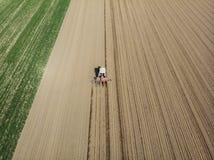 Vista aérea de un tractor que ara los campos, visión aérea, arado, siembra, agricultura de la cosecha y cultivando, campaña imagen de archivo libre de regalías