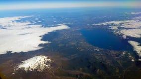 Vista aérea de un volcán y de un lago, los Andes, Chile foto de archivo libre de regalías