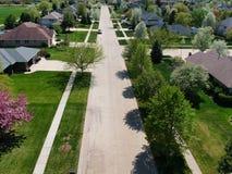 Vista aérea de una calle suburbana en un día de verano Fotos de archivo