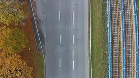 Vista aérea de una carretera con un coche en él metrajes