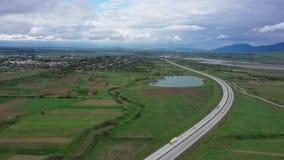 Vista aérea de una carretera en un valle de la montaña de Georgia almacen de video