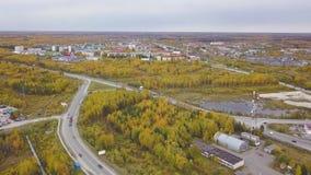 Vista aérea de una ciudad en último otoño con los árboles verdes y de color naranja de la calle clip Paisaje hermoso con brillant metrajes
