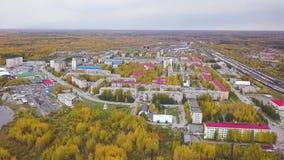Vista aérea de una ciudad en último otoño con los árboles verdes y de color naranja de la calle clip Paisaje hermoso con brillant almacen de metraje de vídeo