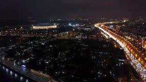 Vista aérea de una ciudad grande en la noche almacen de metraje de vídeo