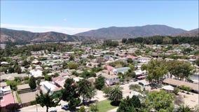 Vista aérea de una ciudad, de montañas y del paisaje almacen de video