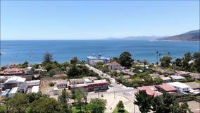 Vista aérea de una ciudad, de una playa y de un paisaje metrajes