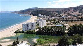 Vista aérea de una ciudad, de una playa y de un paisaje almacen de metraje de vídeo