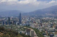 Vista aérea de una ciudad y de la montaña de los Andes en el fondo, Santiago, Chile Fotografía de archivo